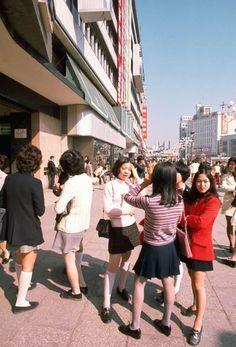 Young women in miniskirts, Ikebukuro, Tokyo, October Japan Fashion, 70s Fashion, Vintage Fashion, Old Photos, Vintage Photos, Showa Era, Foto Art, Japanese Street Fashion, Tokyo Japan