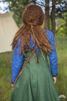 Viking Costume Dress and Apron Ingrid the by armstreet on Etsy Costume Viking, Viking Garb, Viking Dress, Renaissance Costume, Medieval Costume, Linen Tunic, Linen Apron, Viking Clothing, Viking Jewelry