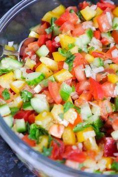 Israelischer Low Carb Hacksalat mit Paprika, Gurke, Tomaten und Zwiebeln - Gaumenfreundin Foodblog #gesunderezepte #schnellerezepte #gesundesalate #lowcarbrezepte #lowcarbrezeptedeutsch #lowcarb #fitnessrezepte #diätrezepte #veganerezepte #vegetarischerezepte #foodblogrezepte #kalorienarmerezepte