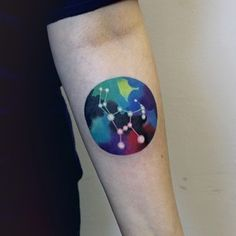 Agrega un poco de color a tu signo astrológico… | 32 tatuajes geniales y coloridos que te inspirarán a tatuarte