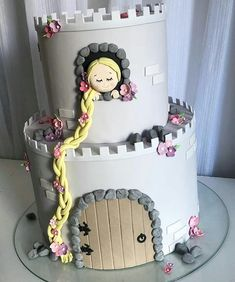 This Rapunzel theme cake is just adorable! Rapunzel Torte, Bolo Rapunzel, Rapunzel Birthday Cake, Disney Birthday, Sofia The First Birthday Cake, 17 Birthday Cake, Fancy Cakes, Cute Cakes, Fondant Cakes