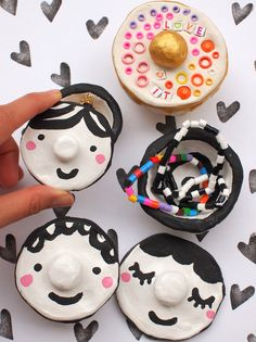 These face clay pots are adorable, quirky, and fun! Easy Painted Mosaic Pinch Pots for Kids - another joyful project by @pinkstripeysock