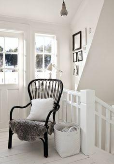 Valoisan yläkerran tasanne tarjoaa miellyttävän paikan vaikka lukemiselle. Tasanteelta on käynti myös juuri remontoidulle parvekkeelle. Musta tuoli on hankittu Ikeasta.