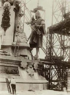 Barcelona antigua. 1889 Subiendo o izando a...Colón. Sabías que Colón no apunta a América...?