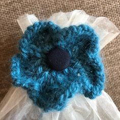 The flower is work seamlessly in the round.You can use double pointed needles or circular needle long enough to do magic loop. Baby Hats Knitting, Arm Knitting, Knitting For Kids, Knitting Projects, Knitted Hats, Knitted Flowers Free, Knitted Flower Pattern, Animal Knitting Patterns, Christmas Knitting Patterns