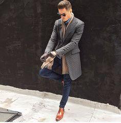 2015-01-03のファッションスナップ。着用アイテム・キーワードはコート, サイドゴアブーツ, サングラス, チェスターコート, デニム, デニム・ダンガリーシャツ, ブーツ, マフラー・ストール,etc. 理想の着こなし・コーディネートがきっとここに。| No:81906