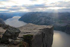 """La """"chaire"""" s'avançant au-dessus des eaux du fjord de Lyse"""