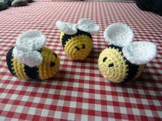 fuzzy little bees - free crochet pattern