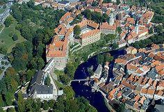 Český Krumlov. Unescon maailmanperintökohde, jossa kannattaa käydä aistimassa historianlehtien havinaa.