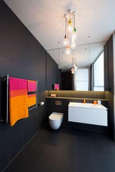 idea-para-iluminar-el-cuarto-de-baño-bombillas-con-cables-de-colores