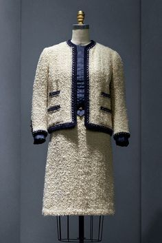 Suit of Chanel Haute Couture by Gabrielle Chanel, at Manus X Machina Exhibition. Chanel Fashion, 1960s Fashion, Vintage Fashion, Chanel Style, Vintage Style, Estilo Coco Chanel, Chanel Vestidos, Dior Gown, Cristian Dior
