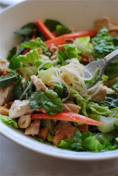 Dinner - Thai Peanut Chicken Salad - swap out the vermicelli noodles with rice noodles, use GF sauces. Healthy Cooking, Healthy Eating, Cooking Recipes, Healthy Recipes, Healthy Food, Thai Peanut Chicken, Thai Chicken, Chicken Salad, Soup And Salad