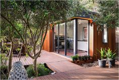 Inoutside is an Australian company that specializes in pre-fabricated backyard offices. The way we work nowadays is changing, with more people choosing to work from home thanks to advances in computer and networking technology. The new concept of liv