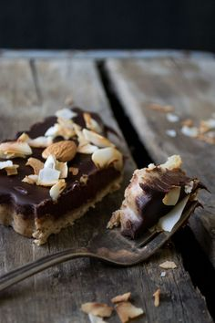 No Bake Chocolate Tart. Delicious dark chocolate tart with almond crust and toasted coconut flakes. Gluten-free dairy-free and vegan! Gluten Free Desserts, Vegan Desserts, Delicious Desserts, Dessert Recipes, Yummy Food, Awesome Desserts, Coconut Tart, Toasted Coconut, Oreo