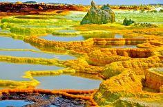 VOLCÁN DALLOL, ETIOPÍA En la depresión Danakil, también conocida como Afar, en Etiopía, se encuentra el volcán Dallol. Está situado debajo del nivel del mar y sus corrientes ascendentes crean asombrosos manantiales de azufre y sal mineral.  Formaciones de gran belleza épica, es uno de los lugares más calientes del planeta, con temperaturas que a veces superan los 60 grados centígrados al sol.