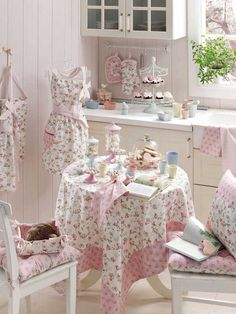 This kitchen is set up for a little lady's tea party. Isn't it wonderful? I think it would be good for big ladies, too. Cottage Shabby Chic, Shabby Home, Shabby Chic Interiors, Shabby Chic Kitchen, Shabby Chic Homes, Kitchen Decor, Rose Cottage, Cozinha Shabby Chic, Estilo Shabby Chic