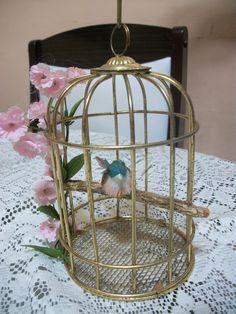 produtos montados em gaiola de arame com passaro artificial e flores, serve para decoração e pode ser pendurada, acompanha corrente ULTIMA UNIDADE - UNICA R$50,00