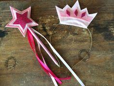 Tiara em metal dourado ou prateado, com coroa em feltro e aplicação em EVA glitter. <br>Varinha feita com lápis ecológico colorido e ponta de estrela em feltro e EVA glitter.