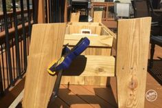A bench. A cooler. The most amazing Cooler Bench you've ever seen. Check out these free DIY-friendly plans. Wood Bench Plans, Wooden Chair Plans, Outdoor Furniture Plans, Outdoor Cooler, Diy Outdoor Bar, Diy Patio, Wood Cooler, Cooler Cart, Diy Cooler