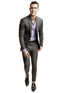 Traje recto gris, camisa a rayas azules, mocasines negros. Look de primavera.