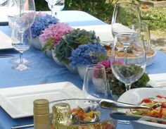 Fast table setting for outdoor dining http://blog.floraldesignmagazine.com/outdoor-casual #tablesettings #partyideas #easyflowers #decor #diy