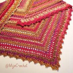 """Taigasjalen är mjuk och varm sjal med blandat täta och glesa partier. Mönstret för sjalens """"kropp"""" upprepas 7 eller 9 gånger innan kanten virkas. Eftersom antalet maskor är olika beroen…"""