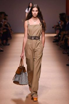 #SalvatoreFerragamo #SpringSummer2019 #MFW #BristishVogue Capri Pants, Fashion, Moda, Capri Trousers, Fasion