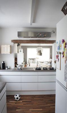 Wat een geweldige keuken. Mooi dat wit, grijs en hout. Mooie die oude houten balk.