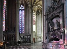Déambulatoire sud avec le mausolée devant la chapelle axiale