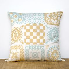 A sunny patternful cushion (45 x 45 cm). Tiles are screen-printed on white organic cotton sateen and then sewn together. Both sides have patterns. Zipper closure.