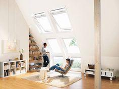 Bodentiefe Fenster, helle Möbel und viel Holz – wird das Wohnzimmer nach dem Ausbau ins Dachgeschoss verlegt kommt man in den Genuß von viel Platz und ebenso viel Helligkeit.