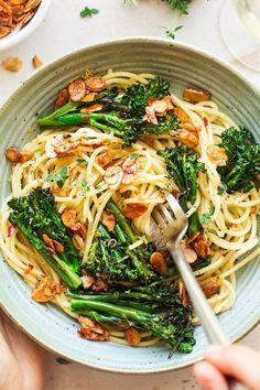 Vegan broccoli pasta with almond bacon - Lazy Cat Kitchen - Vegetarian Recipes Best Broccoli Recipe, Broccoli Recipes, Tacos Vegan, Lazy Cat Kitchen, Whole Food Recipes, Cooking Recipes, Cooking Tips, Vegetarian Recipes, Healthy Recipes