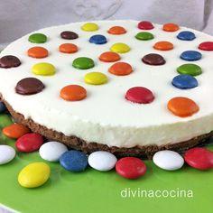 Esta receta de tarta de chocolate blanco es muy sencilla, sin horno, y resulta una tarta deliciosa para los amantes de chocolate blanco y muy vistosa para fiestas infantiles.