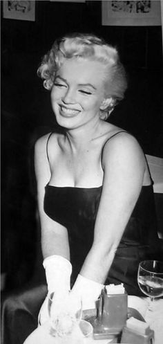 Marilyn Monroe💋Photographed at Toots Shor's Restaurant in New York ~February Hollywood Glamour, Hollywood Actresses, Classic Hollywood, Old Hollywood, Hollywood Girls, Marilyn Monroe, Pin Up, Portraits, Norma Jeane