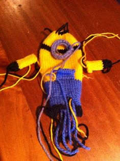 Everybody needs their own army of minions. even if they are only tiny knitted stuffed ones. If you can weild a couple of knitting needles, manage a knit and purl. Minion Crochet Patterns, Minion Pattern, Animal Knitting Patterns, Knit Patterns, Minion Baby, Cute Minions, Glove Puppets, Crochet Cable, Knitted Dolls
