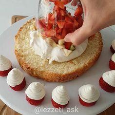 Kremasını ve kekini kendim yaptıgım bol meyveli, beyaz çikolatalı çok hafif bir ...