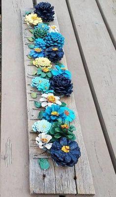 Hand painted pine cone flowers on Barnwood wall decor- Handgemalte Tannenzapfenblumen auf Barnwood-Wanddekor Hand painted pine cone flowers on Barnwood wall decor - Pine Cone Art, Pine Cone Crafts, Pine Cones, Kids Crafts, Wood Crafts, Cardboard Crafts, Kids Diy, Felt Crafts, Paper Crafts