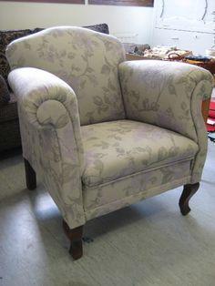 Nojatuoli täysin remontoituna ja uudelleenverhoiltuna.