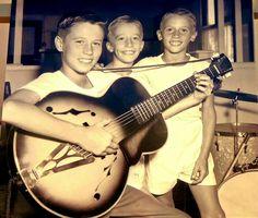 Bee Gees, 1960  No início dos anos 1960, os Bee Gees começaram a gravar shows e apareceram em programas de televisão locais, interpretando músicas escritas por Barry Gibb. Confira uma apresentação da época: https://www.youtube.com/watch?v=aQrvo50eTrg