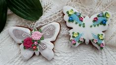 Butterfly cookie Butterfly Cookies, Cookie Decorating, Gingerbread Cookies, Biscuits, Christmas Ornaments, Holiday Decor, Flowers, Decorated Cookies, Food