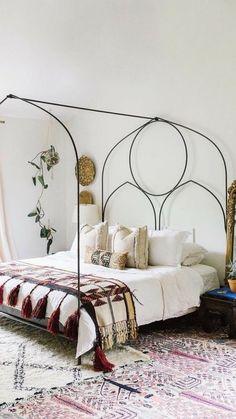I love this weird bedframe.