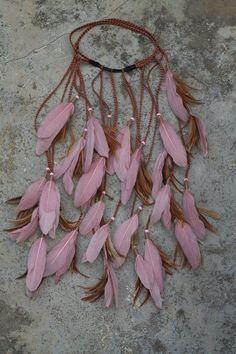 Feathers on hairband Bohemian Chic Fashion, Bohemian Mode, Hippie Bohemian, Bohemian Style, Hair Jewelry, Boho Jewelry, Bijoux Wire Wrap, Hairband, Moda Hippie
