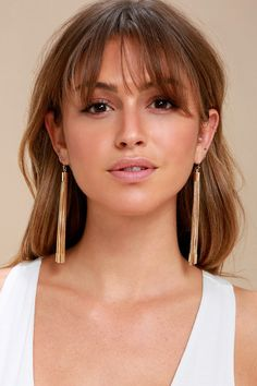 Add some luxe to your look with the Lulus Sheen Queen Gold Tassel Earrings! Stunning gold chains fall from matching settings. Popular Short Hairstyles, Straight Hairstyles, Short Hairstyles With Fringe, Bob Hairstyles, Bang Haircuts, Long Haircuts With Bangs, Wavy Hair, New Hair, Bangs Short Hair