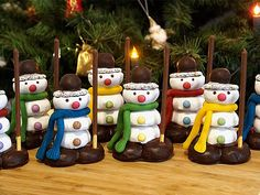 snowmen- Schneemänner Snowmen (recipe with picture) by Toffi-Fee Christmas Snacks, Kids Christmas, Christmas Gifts, Christmas Ornaments, Holiday Desserts, Holiday Decor, Grilling Gifts, Marshmello, Holiday Cookies