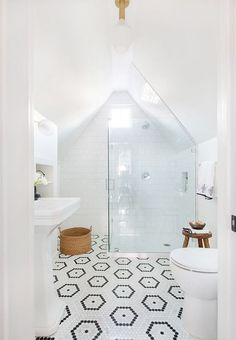Get ready to apply one of modern attic bathroom interior design ideas here. You will have a dream bathroom comes true! Attic Renovation, Attic Remodel, Bad Inspiration, Bathroom Inspiration, All White Bathroom, White Bathrooms, Small Bathrooms, Silver Bathroom, Modern Bathrooms
