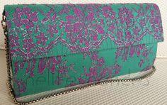 Carteira nellfernandes em renda francesa bordada - flores em tom uva e fios prata - sobre tafetá de seda verde. Tamanho: 27 x 14. VENDIDA.