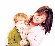 摘要:孩子的鼻子比較柔弱,在秋冬寒冷乾燥季節,飲食生活上沒有注意,往往會很容易讓兒童流鼻血,小孩流鼻血父母親別慌張、別擔心,只要正確護理而且避免錯誤觀念,就可以輕鬆止血,最要的是預防勝於治療!  一、孩子流鼻血常見原因  1、碰撞外傷重擊  孩子活動力旺盛,跑跳間容易碰撞或受重擊,致使脆弱的鼻子出血。玩耍時將異物塞入鼻腔,也容易造成流鼻血。有時也會因為有挖鼻孔的習慣,造成流血。  2、天氣乾冷影響  點我看詳文:http://www.momgoe.com/article1036.html
