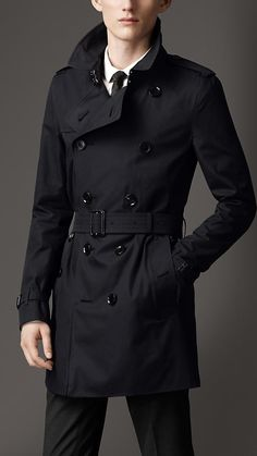 Trench coat medio in gabardine di cotone Burberry Trenchcoat, Coatdress, Mode Mantel, Outfits Hombre, Trench Coat Men, Herren Outfit, Stylish Men, Look Cool, Winter Fashion