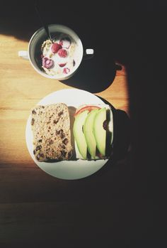 Raisin bread, cheese, tomato and avocado + almond milk with cereal and berries. @sther_re