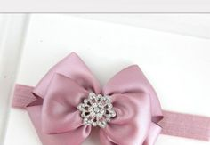 Acessórios para Cabelos de Bebês (Foto: Divulgação) Ribbon Hair Clips, Ribbon Bows, Fabric Flower Headbands, Fabric Flowers, Tiara Hairstyles, Diy Hairstyles, Baby Hair Bows, Baby Headbands, Baby Tiara
